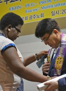 Farbenfrohe, handgefertigte Stolen hatten die Vertreter*innen der Presbyterian Church of Ghana an ... und ... überreicht.