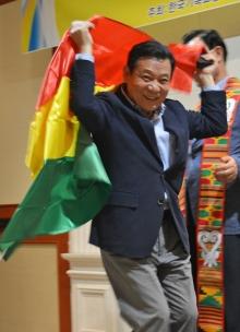 Geschenk aus Ghana: Bürgermeister Yoon mit einer Flagge des westafrikanischen Landes.