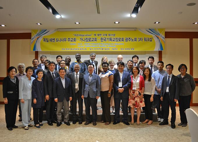 Gruppenbild aller Teilnehmerinnen und Teilnehmer am Ökumenischen Trialog mit Gwangjus Bürgermeister Yoon (5. v. l. vorne).